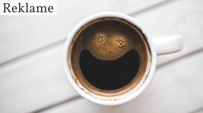 Kop med kaffe i - sort